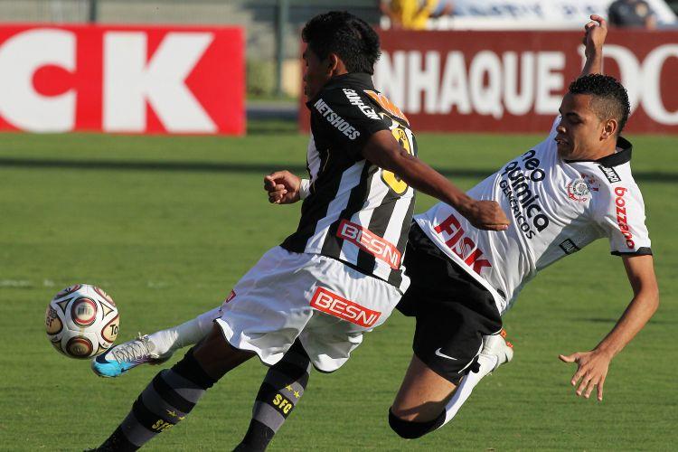 Dentinho tenta desarmar Alexsandro em lance de Corinthians x Santos pela final do Estadual