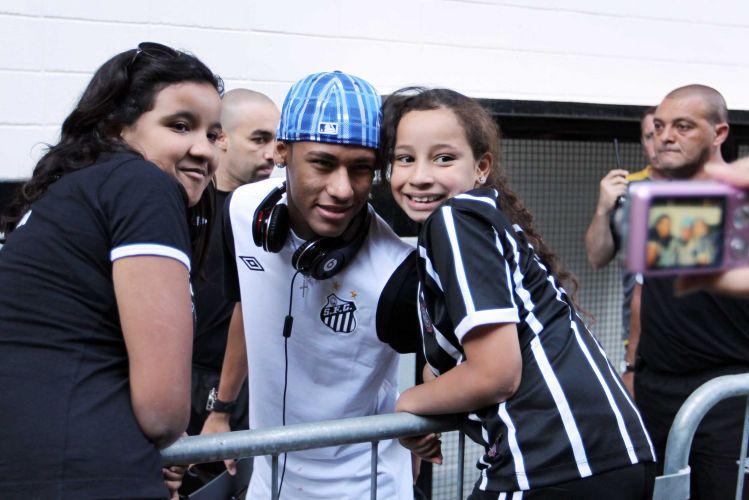 Neymar tira foto com torcedoras do Corinthians na sua chegada ao Pacaembu