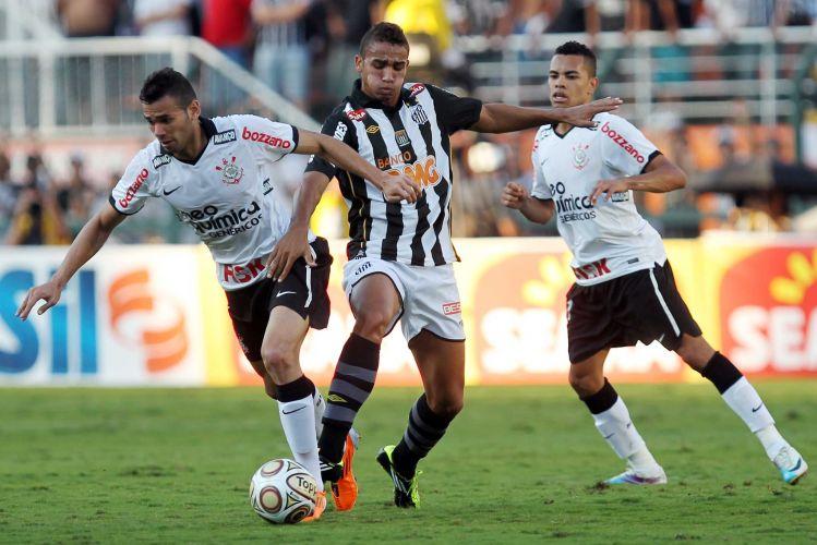 Observados por Dentinho, Danilo e Leandro Castan disputam a bola