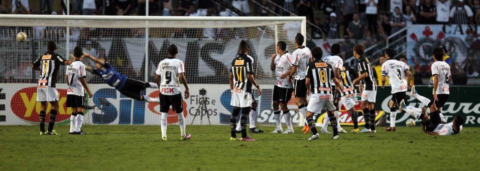 Elano cobra a falta com perigo para o goleiro Julio Cesar