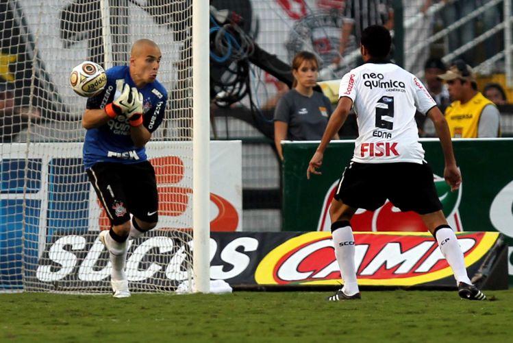 Goleiro Julio Cesar deixa a bola escapar, mas depois se recupera