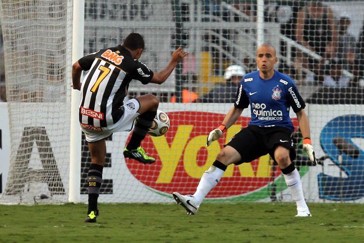 Danilo recebe bola na frente de Julio Cesar