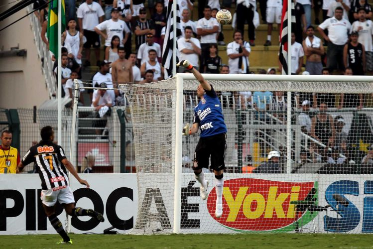Volante do Santos tenta chutar por cobertura, e Chicão evita gol certo do Santos na partida