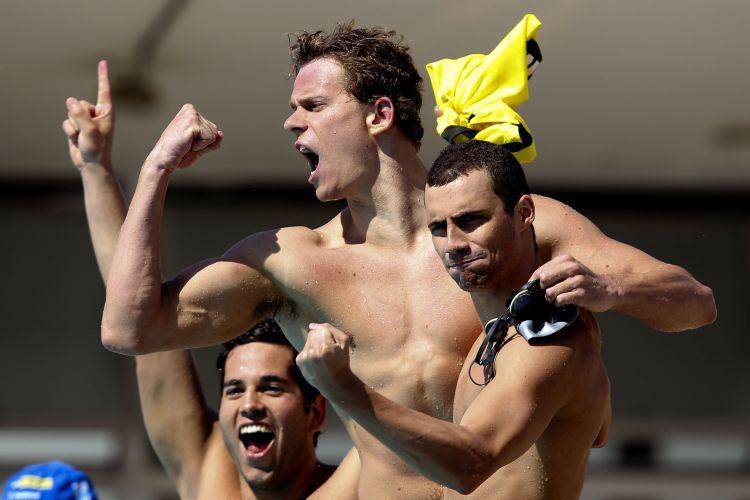 Cesar Cielo comemora vitória no revezamento 4x100 medley com companheiros do Flamengo