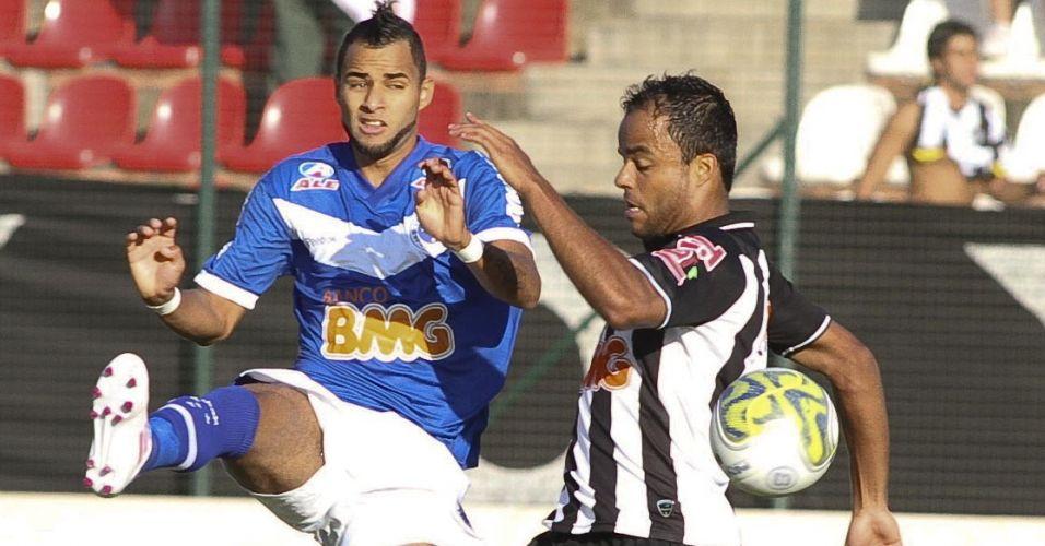 Mancini, do Atlético-MG, disputa bola com o volante cruzeirense Pablo