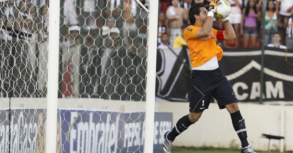 O goleiro Fabio, do Cruzeiro, sai para fazer a defesa