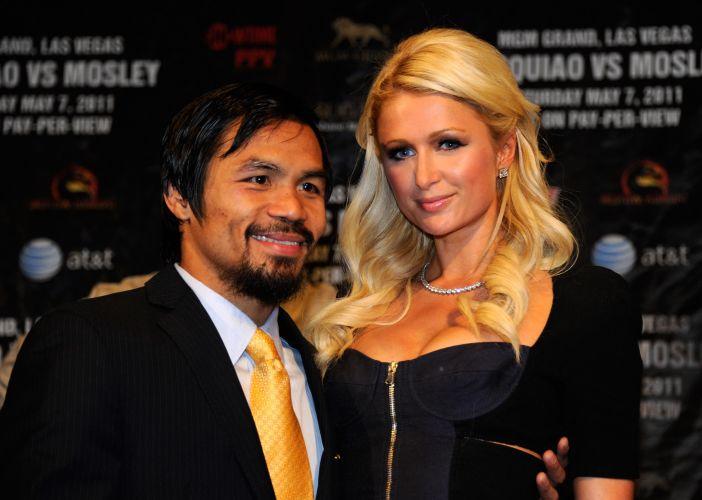Manny Pacquiao posa ao lado da socialite Paris Hilton na entrevista coletiva após a luta.