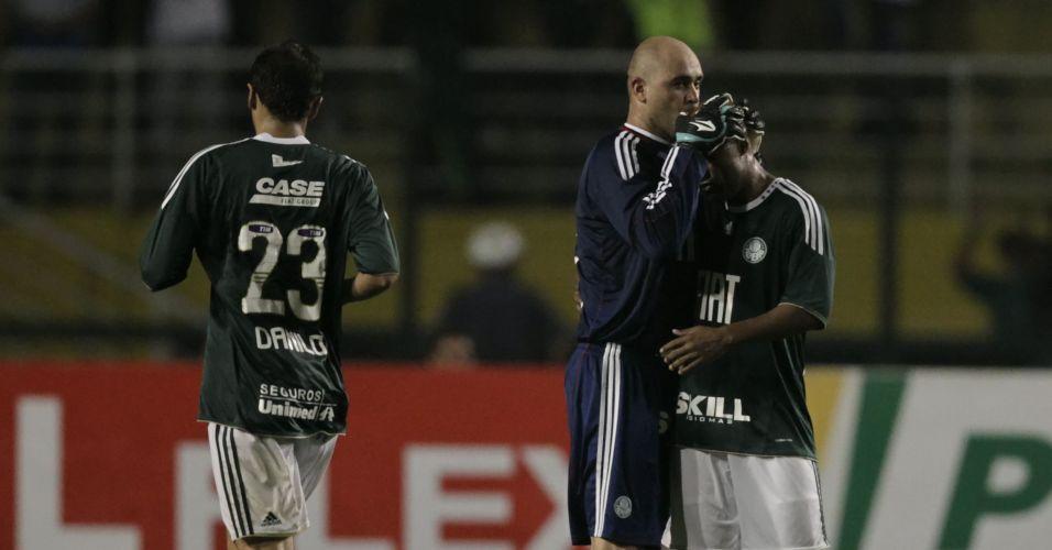 Marcos Assunção fez o segundo gol do Palmeiras e ganhou o abraço do goleiro Marcos, que tinha defendido o volante durante a semana