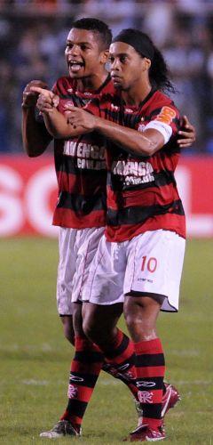 Ronaldinho Gaúcho comemora com David o primeiro gol do Flamengo contra o Ceará