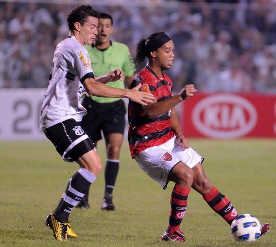 Ronaldinho Gaúcho tenta se livrar da marcação do adversário