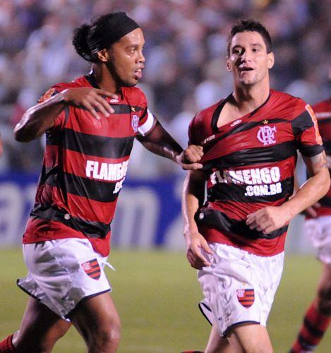 Ronaldinho Gaúcho agarra Thiago Neves na comemoração do gol rubro-negro