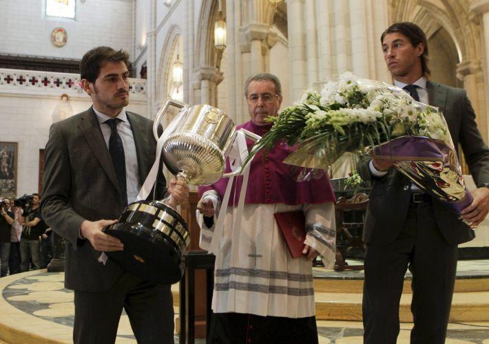 O goleiro Iker Casillas (e) e o defensor Sergio Ramos participaram de homenagens ao Real Madrid pela conquista do título da Copa do Rei. Jogadores e membros da comissão técnica participaram de uma missa