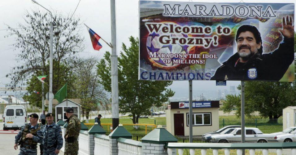 O craque argentino Maradona foi aguardado com ansiedade pelos moradores de Grozny, na Tchechênia. O cartaz de boas vindas chama Dieguito de