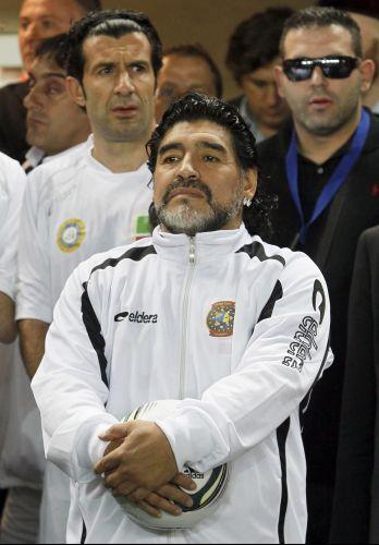 Maradona foi principal estrela do amistoso disputado na Tchechênia. O português Luís Figo, ao fundo, também marcou presença