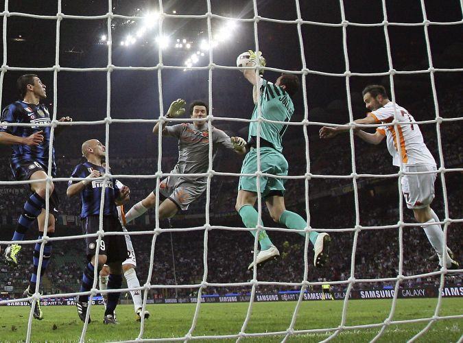 Julio Cesar salta para agarrar a bola em tentativa frustrada de gol do goleiro da Roma, Doni. Empate em 1 a 1 colocou a Inter de Milão na final da Copa da Itália