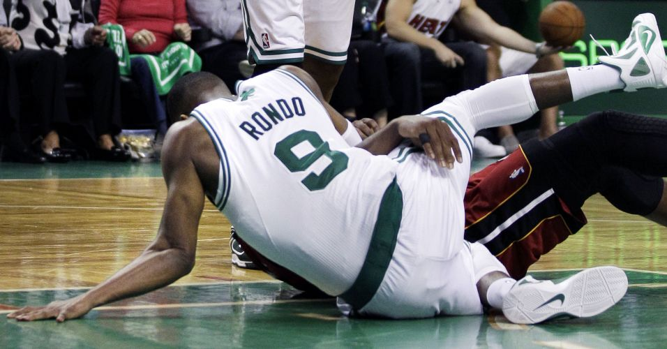 Rajon Rondo, do Boston Celtics, desloca o cotovelo na partida contra o Miami Heat pelos playoffs da NBA