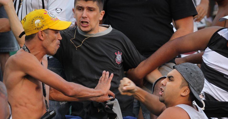 Torcedores do Corinthians se enfrentam durante partida contra o Santos, no Pacaembu, pela decisão do Campeonato Paulista