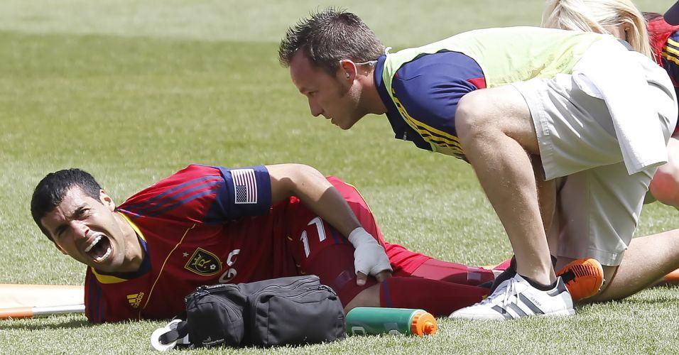 Javier Morales, do Real Salt Lake, grita de dor ao quebrar a perna no jogo contra o Chivas USA pela MLS