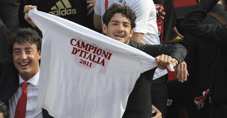 Atacante brasileiro Alexandre Pato mostra camisa de campeão italiano durante a comemoração do Milan que levou 50 mil pessoas às ruas neste sábado