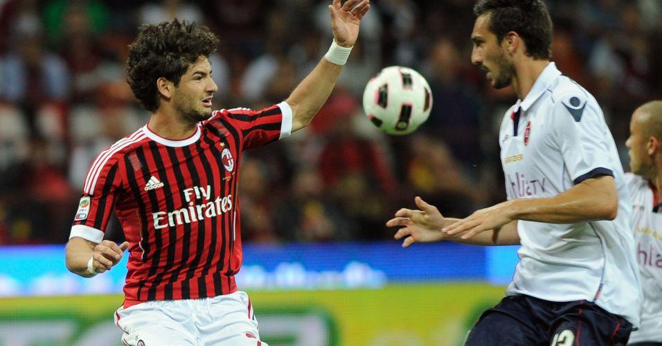 Alexandre Pato disputa a bola durante confronto do Milan contra o Cagliari pelo Campeonato Italiano