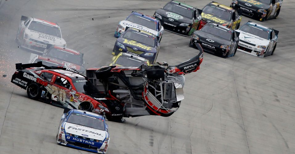 Clint Bowyer passa por cima do carro de Joey Logano na Nascar Nationwide Series 5, nos Estados Unidos