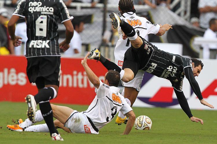 Bruno César sofre falta em sua primeira jogada na final da Vila Belmiro