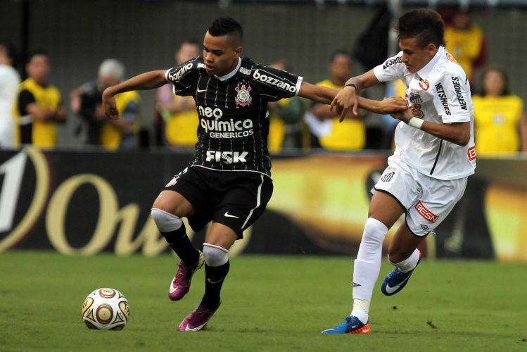 Dentinho domina a bola sob a marcação de Neymar na Vila Belmiro