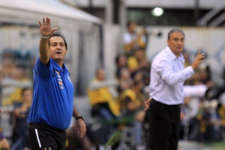 Muricy Ramalho e Tite orientam os jogadores de Santos e Corinthians na decisão