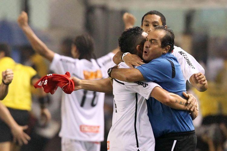 Muricy Ramalho celebra o segundo gol do Santos, anotado por Neymar na etapa final