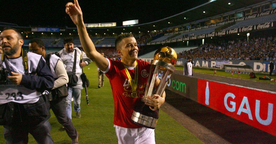 D'Alessandro desfila com a taça de campeão gaúcho no Olímpico após a vitória do Internacional nos pênaltis sobre o Grêmio na decisão