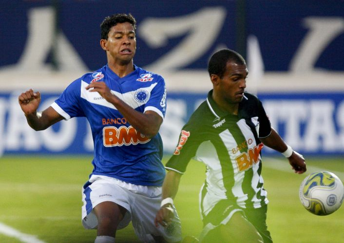 Richarlyson e Wallyson disputam a bola na final do Campeonato Mineiro entre Cruzeiro e Atlético-MG, na Arena do Jacaré