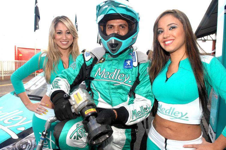 As primas Carolina (esq.) e Daniela (direita) chamaram atenção nos boxes da equipe Medley/Full Time Sports, na Stock Car.