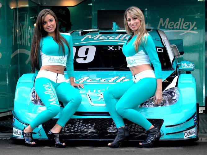 Daniela e Carolina com carro da equipe Medley/Full Time Sports, no Velopark.