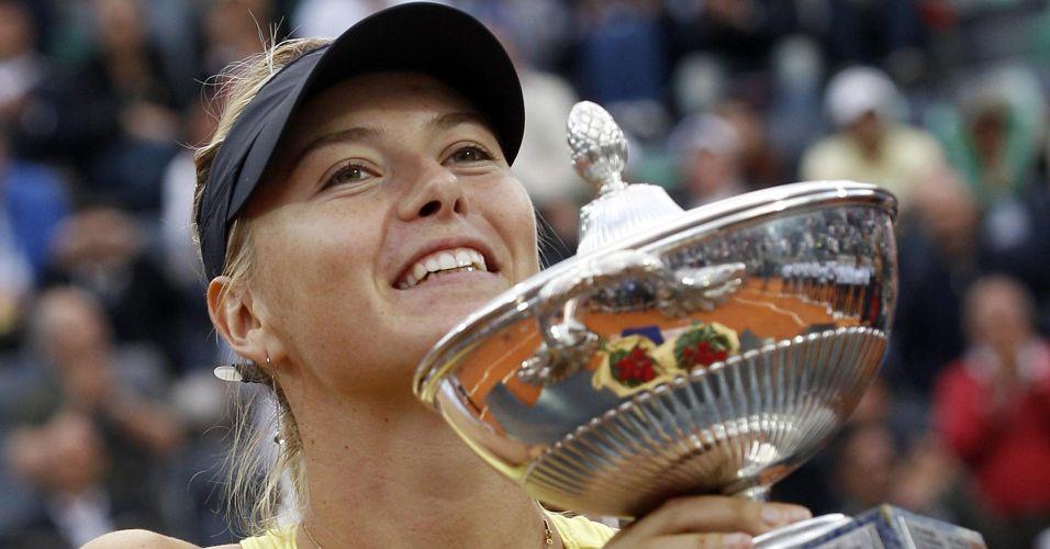 Maria Sharapova exibe troféu conquistado no WTA Premier de Roma