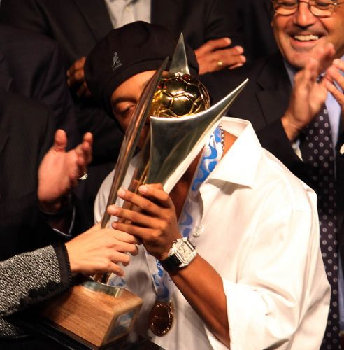 Ronaldinho Gaúcho beija a taça de campeão carioca, recebida pelo Flamengo na premiação