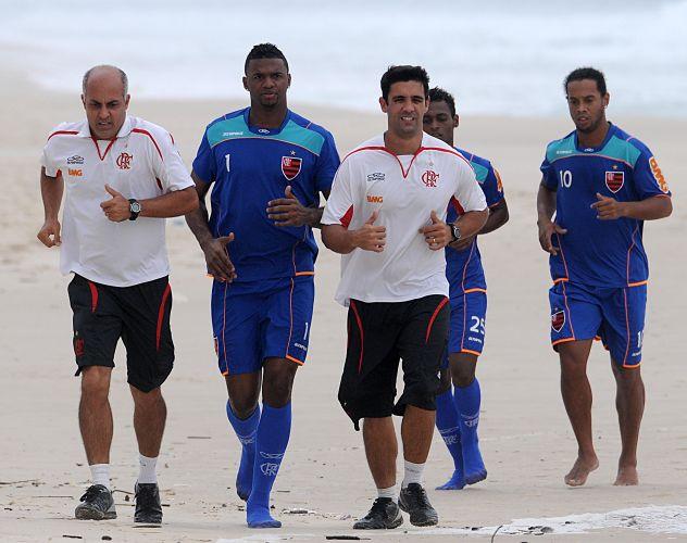 Goleiro Felipe corre ao lado dos membros da comissão técnica do Flamengo. Equipe realizou treino físico na praia da Barra da Tijuca nesta segunda-feira