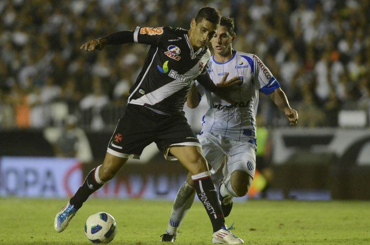 Diego Souza disputa jogada com marcador do Avaí durante o jogo de ida das semifinais da Copa do Brasil em São Januário