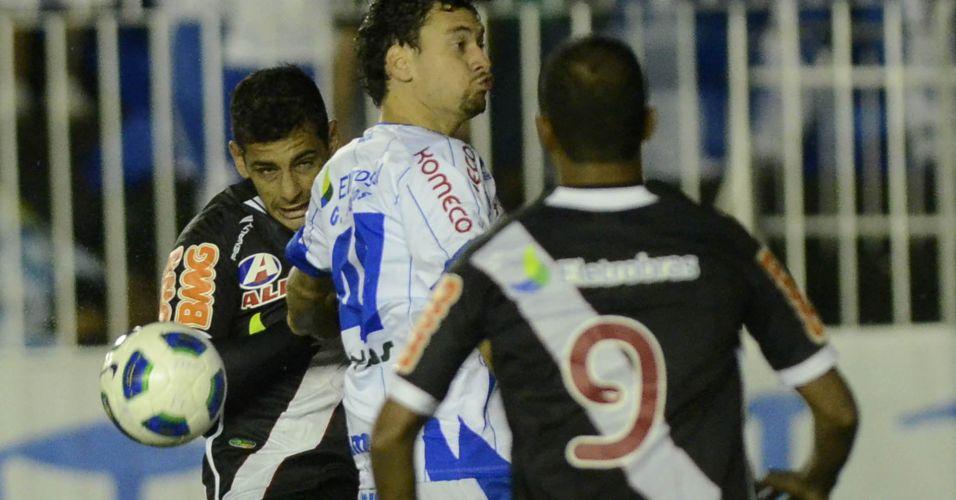 Diego Souza disputa a bola com marcadores do Avaí durante o empate por 1 a 1 em São Januário
