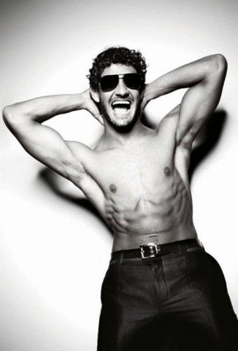 Sem camisa, o atacante Alexandre Pato faz pose irreverente para a grife Dolce & Gabbana. Jogadores do Milan tiveram um dia de modelo e tiraram fotos que serão usadas em livro, cujo lançamento será nesta quinta-feira (19/5). Dinheiro arrecadado com a venda da publicação será revertido para projetos sociais