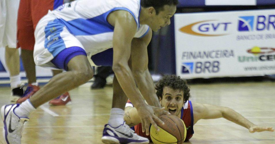Fernando cai no chão para tentar recuperar a posse de bola para o Franca, que perdeu para o Brasília por 92 a 72 no primeiro jogo das finais do NBB