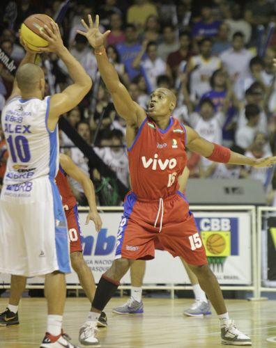 Alex, do Brasília, recebe a marcação de Márcio na vitória por 92 a 72 no primeiro jogo das finais do NBB