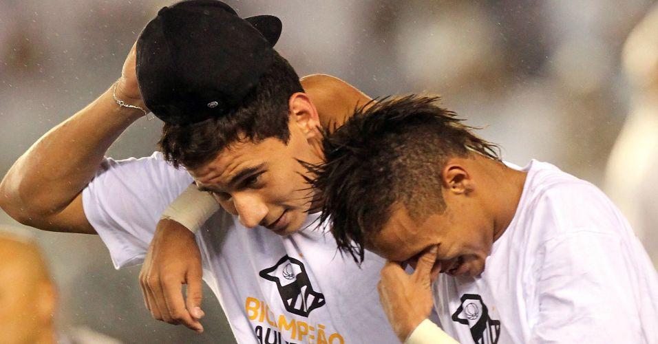 Abraçado a Paulo Henrique Ganso, Neymar chora com a conquista do Paulistão pelo Santos