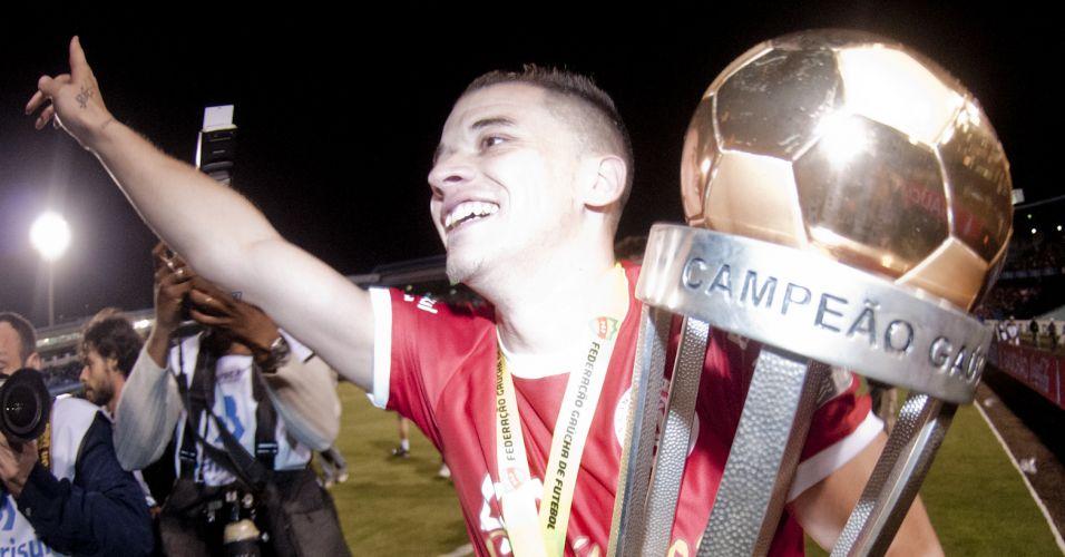 Andrés D'Alessandro comemora o título gaúcho conquistado pelo Internacional nos pênaltis diante do Grêmio