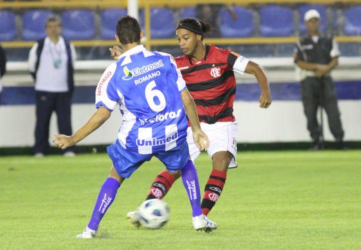 Ronaldinho tenta jogada no setor ofensivo do Flamengo. Meia tenta começar com o pé direito o Brasileiro, campeonato que ele não disputava havia 11 anos