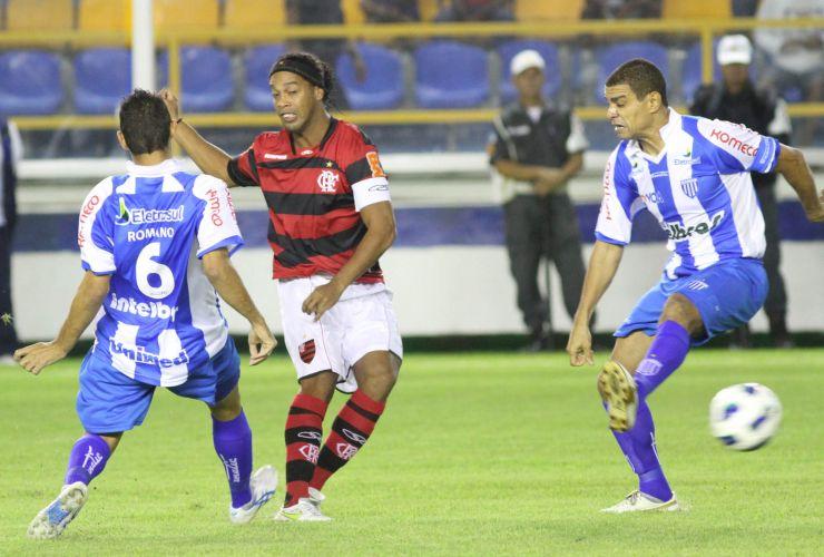 Ronaldinho arma jogada do Flamengo na partida contra o Avaí, em Macaé. Equipe carioca foi para o intervalo vencendo por 1 a 0