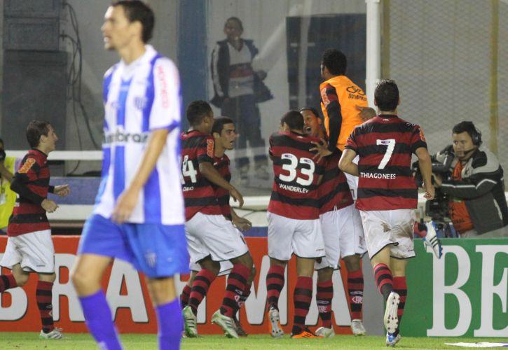 Ronaldinho é cumprimentado pelos companheiros de Flamengo depois de fazer um belo gol diante do Avaí, em Macaé. Ele arrancou e bateu colocado, com efeito