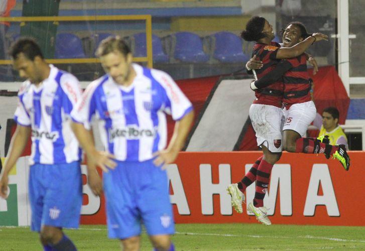 Diego Maurício comemora com Ronaldinho o quarto gol do Flamengo sobre o Avaí na vitória por 4 a 0, em Macaé, pela primeira rodada do Brasileiro. Ronaldinho deu uma assistência e marcou um belo gol