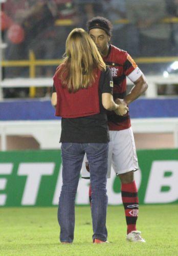 Presidente do Flamengo, Patrícia Amorim cumprimenta Ronaldinho depois da bela atuação do camisa 10, que fez um gol e deu uma assistência na goleada por 4 a 0 sobre o Avaí, em Macaé