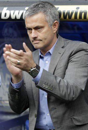 Técnico José Mourinho aplaude sua equipe, o Real Madrid, durante partida contra o Almeria
