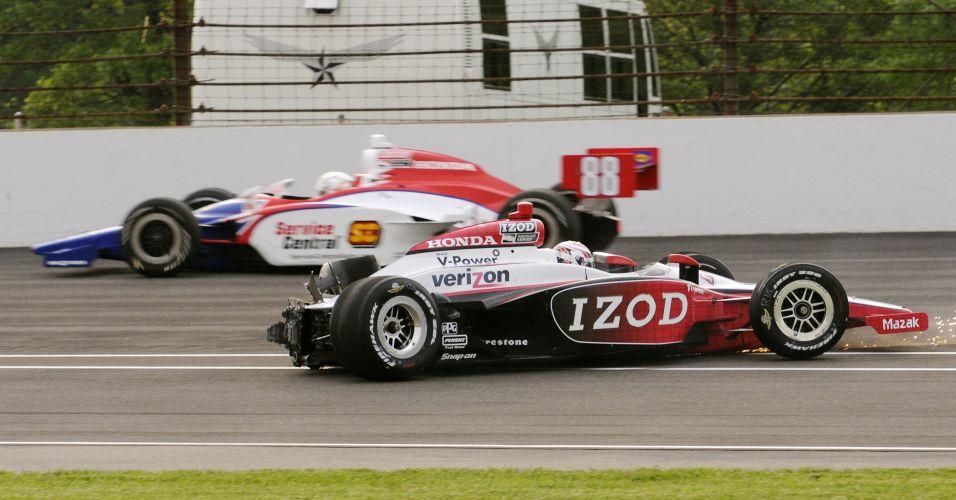 Enquanto o carro de batido de Briscoe fica parado, Jay Howard passa por ele em alta velocidade